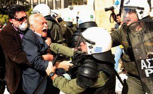 Glénos Manolis tentant d'entrer au Parlement, en février 2012