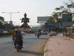 Battambang, statue de Dambang sur un rond point à l'entrée de la ville