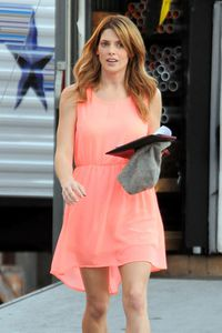 Ashley Greene sur le Tournage de 'Burying The Ex'