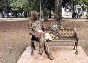 Nous nous sommes assis comme des milliers d'autres sur ce banc hommage à John Lennon à la Havane