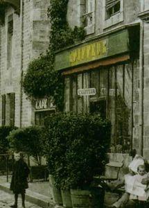 Salon de coiffure : 7, place du Général Barrabé.