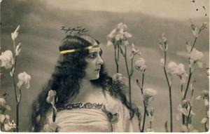 Iris -3627- Colorisée. Femme casquée dans les iris. Allemagne. 1907.