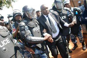Dans la dictature ougandaise, on destitue le maire de Kampala et on arrête  les journalistes couvrant les faits