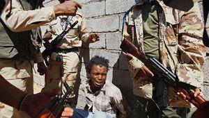 En route pour la Libye, des migrants sub-sahariens sont abandonnés dans le désert. Le Racisme libyen en plein essor.