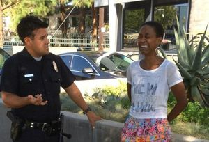 Daniele Watts, menottée et en pleurs, face à un policier