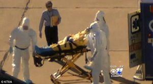 Cet homme sans combinaison accompagnant l'infirmière contaminée par l'Ebola fait-il parti du CDC ? Les responsables des compagnies d'ambulance et de l'hôpital ont déclaré qu'il ne faisait pas partie de leur personnel sous-entendant qu'il faisait partie du CDC