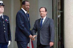 Burkina Faso. Après 72h de silence radio, François Hollande sort de son étrange torpeur et demande &quot&#x3B;un transfert rapide du pouvoir aux civils&quot&#x3B;. Il confirme aussi avoir favorisé l'exfiltration du dictateur Compaoré