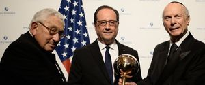 Le chef de guerre français reçoit à New York le prix &quot&#x3B;d'homme d'Etat de l'année&quot&#x3B; des mains de Kissinger mis en cause pour crimes contre l'humanité