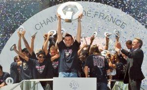 Le championnat de France de foot-ball commence ce soir: 38 journées pour éviter la grisaille du quotidien  et oublier un moment sa conscience de citoyen.