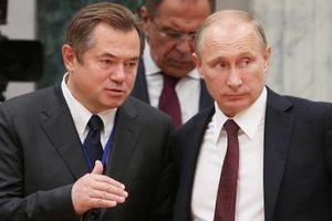 Glazyev, ici avec Poutine, veut rendre la Russie indépendante du contrôle financier des États-Unis