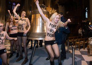 """Le 12 février 2013, des Femen sont entrées dans Notre-Dame de Paris pour """"fêter"""" à leur manière le départ de Benoît XVI. Elles avaient été évacuées manu militari par le service d'ordre de la cathédrale. - © Joël Saget"""
