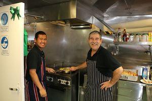 Eric et Giarto en cuisine, en train de nous préparer le repas de midi.