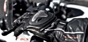 Obligation de porter des gants pour les conducteurs et les passagers de motos et scooters