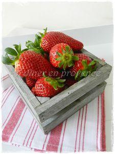 Verrines de yaourt brassé, céréales aux fruits rouges et fraises