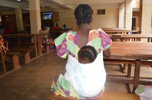 Une des femmes attend les soins de son bébé dans un hôpital à Bukavu. Ph. Adeline Kadende