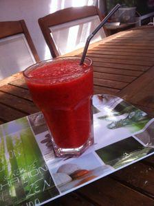 Smoothie gourmand aux fraises Mara Des Bois ses agrumes fève de Tonka et sa petite touche de sucre blanc vanillé .