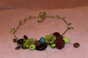collier vert et marron fleuri