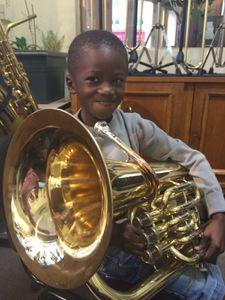 Son préféré est presque plus grand que lui : le tuba !