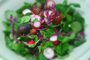 Salade automnale mâche, chou rouge et raisins