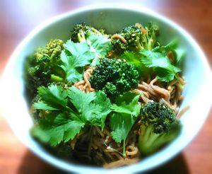 Nouilles soba sautées au brocolis