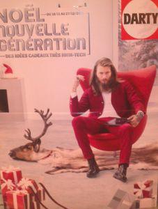 Très trash le père Noël nouvelle génération avec au sol la dépouille de son animal favori...