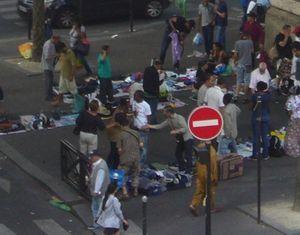 Des commerçants ambulants et acheteurs se bousculent