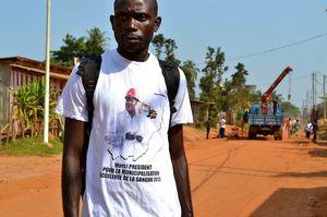Eric, habitant de Ouesso avec le tee-shirt Sassou N'Guesso