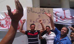 De nombreux citoyens, procédant à la fermeture du siège de l'A.P.C d'Oum drou Aujourd'hui le 19/06/2014 a 8 heure du matin