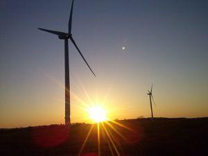 Le soleil se couche entre les éoliennes