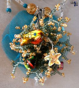 Mona Koariom - Collier en nacre au pendentif corallien peuplé de poissons et d'étoiles de mer