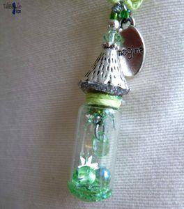 Larmes aux Nyeuses - Collier amulette au pendentif fiole miniature renfermant des larmes accordées et de la poussière magique