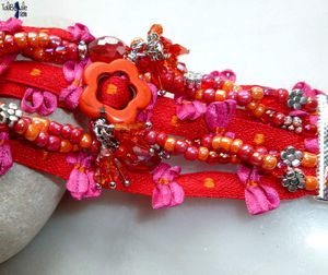 LAJILI - Bracelet manchette façon multi-rangs aux perles de cristal, howlite et rocailles sur galon coton fantaisie