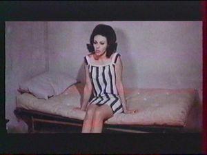 L'uniforme de prisonnière d'Alika. Pas de doutes on est bien dans un film italien.