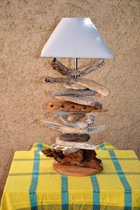 Une lampe en bois flotté et galets