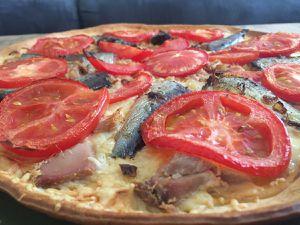 Tarte au thon, sardines et tomates