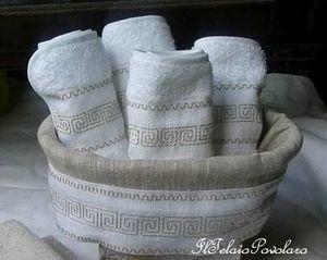 A far pendant con l' asciugamano anche il cestino e le lavette