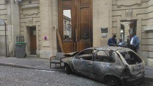 L'Opel Corsa calcinée abandonnée par les assaillants devant l'ambassade du Congo-Brazzaville, le 21 juin 2016. © RFI/Edmée Doudy