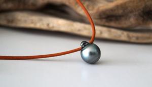 Perle de Tahiti baroque sur cuir