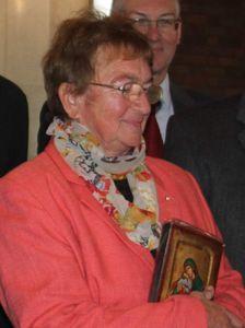 Elisabeth Selinger im Mai 2013 mit der Ehrennadel der Diözese ausgezeichnet