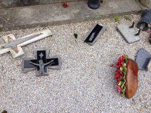 250 tombes catholiques profanées à Castres : le gouvernement parle de &quot&#x3B;dégradation&quot&#x3B;.