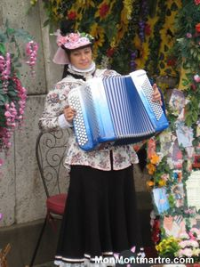 Séverine, accordéoniste officielle de Montmartre.
