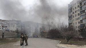 Des soldats ukrainiens à Marioupol, ville de l'Est de l'Ukraine bombardée le 24 janvier 2015.