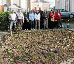 Ils ont jardiné sous le soleil devant la mairie de St Jean des Mauvrets dans le Courrier de l'Ouest du 10 mars