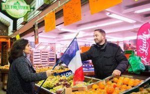 Distribution de drapeaux bleu blanc rouge à Aulnay-sous-Bois pour l'hommage aux victimes des attentats de Paris