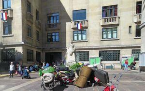 Montreuil, lundi. Expulsées d'un endroit à l'autre depuis l'évacuation du bidonville de la Boissière, 13 familles roms se sont installées avec leurs affaires, ce lundi, devant la mairie pour alerter sur leur situation. (LP/F.L.)