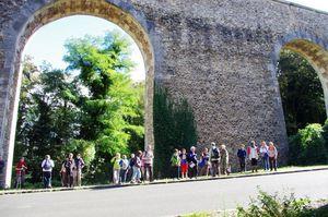 Les randonneurs devant l'aqueduc de Buc