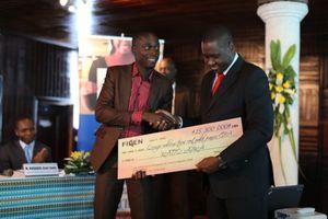 Koné Gninlnagnon recevant un prix dans le cadre de son initiative