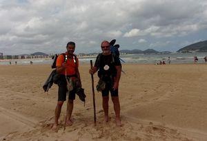 Niclas et Alan sur la plage de Laredo. y