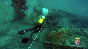 Les plongeurs de la marine italienne scelle l'épave