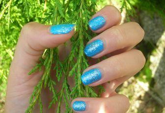 Manucure bleue à paillettes